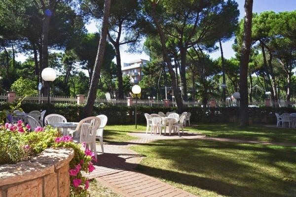 hotel MIlano Marittima con grande giardino esterno